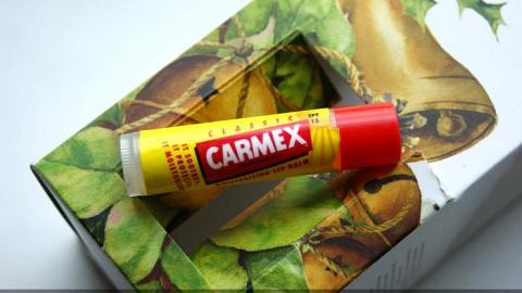 Отзыв: Вазелин по цене натуралки? Отвратительная вонючка ✦ Блогеры рекомендуют а я негодую ✦ Carmex Ultra Moisturising Lip Balm Classic Twist